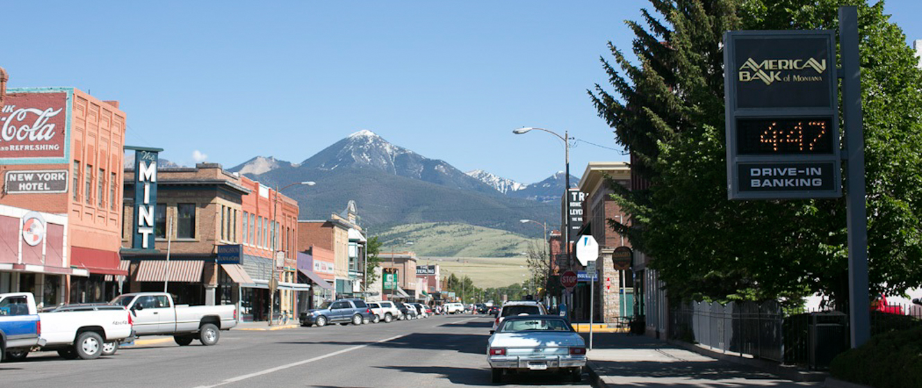 Street view of downtown Livingston with the Absaroka Mountains in the background